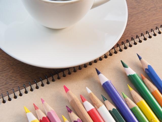 色鉛筆とコーヒー